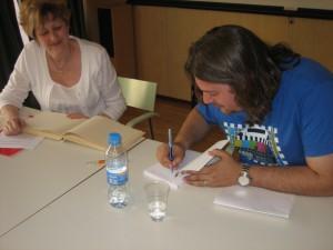 "Federico Firpo Bodner firmando un ejemplar de ""Matalobos"""