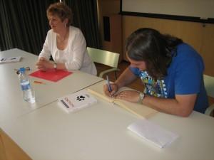 Federico Firpo Bodner, firmando el Libro de Honor de visitantes a la Biblioteca Pilarín Bayés